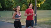 flirten : Couple starting up their jogging training