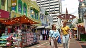 mercado : Kuala Lumpur, Malaysia - June 2,2019 : Kasturi Walk is a covered, open-air flea market set along Jalan Kasturi, a lane running alongside Central Market. People can seen walking and shopping around it. Vídeos