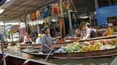 Ratchaburi,Thailand - November 4,2019 : Damnoen Saduak floating market is the most popular in Thailand, located 100 km from downtown Bangkok. People can seen exploring around by the boats. Filmati Stock