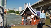 commode : Bangkok,Thailand - December 4,2019 : People can getting around the famous riverside area of Bangkok with its many historical attractions, temples and architecture by river boats and ferries. Vidéos Libres De Droits