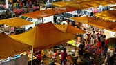 среда : Kuala Lumpur,Malaysia - Jan 3,2020 : People can seen shopping and exploring around Taman Cannaught night market in every Wednesday,it sells everything from tasty foods, inexpensive clothing and etc. Стоковые видеозаписи