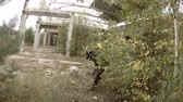 exército : Soldier sneaks through the ruined armament factory Vídeos