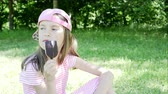 мороз : Little girl eating ice cream 4K