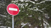 sinal de alerta : Snow storm in front of a stop sign Stock Footage