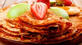 dobrado : baked and fruits : pancake with honey strawberries and apple on wooden table 1920x1080 intro motion slow hidef hd Vídeos