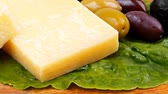 queijo cheddar : gold swiss cheese on wooden platter with olives and tomato 1920x1080 intro motion slow hidef hd