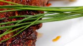 pimenta em grão : plate on wood : grilled shoulder on plate with chives and tomato served plate 1920x1080 intro motion slow hidef hd Vídeos