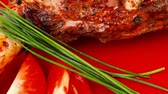 pimenta em grão : roast meat shoulder on red with tomatoes chives and green lettuce 1080p 1920x1080 intro motion slow hidef hd Vídeos