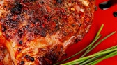 pimenta em grão : roast meat shoulder on red with tomatoes chives and green lettuce wooden table 1920x1080 intro motion slow hidef hd
