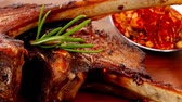 típico : meat over wood: grilled ribs on plate with tomatoes and spices 1920x1080 intro motion slow hidef hd