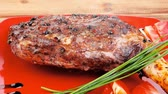 biber tanesi : meat : grlled meat shoulder on red plate with tomatoes green lettuce over wooden table 1920x1080 intro motion slow hidef hd Stok Video