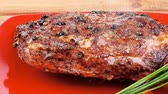 перчинка : meat : grlled meat shoulder on red plate with tomatoes green lettuce over wooden table 1920x1080 intro motion slow hidef hd Стоковые видеозаписи