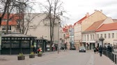 litwa : Vilnius, Lithuania. People Walking On The Pedestrian Paved Pilies Street In Spring Day. Wideo