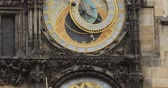 eski şehir : Prague Astronomical Clock, Or Prague Orloj Is A Medieval Clock Located In Prague, The Capital Of The Czech Republic Stok Video