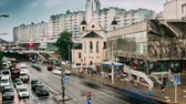 urss : Minsk, Belarus. Traffic Near Cathedral Of Saints Peter And Paul And Bas-relief Of The Soviet Era On Old Facade Building On Nemiga Street In Minsk, Belarus. Time Lapse, Time-lapse. Zoom Out Vidéos Libres De Droits