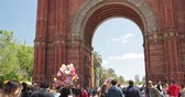 eski şehir : Barcelona, Spain - May 13, 2018: Barcelona, Spain. People Walking Near Triumphal Arch In Sunny Day Stok Video