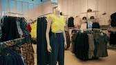 butik : Mannequins Dressed In Female Woman Casual Clothes In Store Of Shopping Center