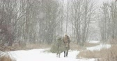 urss : Re-enactors Man And Woman Dressed As Russian Soviet Soldiers Of World War II Walking In Winter Forest Vidéos Libres De Droits