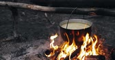 부엌 용품 : Old Retro Camp Saucepan Boiled Water For Soup Preparation On A Fire In Forest. Flame Fire Bonfire At Summer Evening