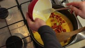 žloutek : Making scrambled eggs