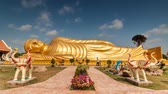reclináveis : Timelapse of passing cloud over gold reclining buddha at Wat-lampour,Koh Yor Songkhla
