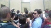 anêmona : Shot of Crowd talking pics of the Mona Lisa