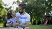 ervilha : Father with his little daughter outside in park