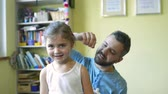 algodão : Little girl with chickenpox, father applying antiseptic cream to rash
