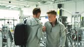 bem : Two young fit men in gym greeting each other. Vídeos