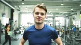 культурист : Fit young man in gym prepared for work out.