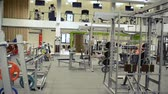 ginásio : Gym with various exercise machines in it, people working out