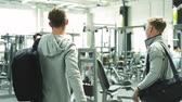 musculação : Two young fit men in gym greeting each other. Vídeos