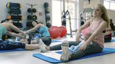 instrutor : Mothers exercising with babies in gym with personal trainer. Stock Footage