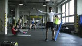 músculo : Young people in crossfit gym working out with various equipment.