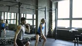 fisiculturismo : Young couple in crossfit gym lifting kettlebells