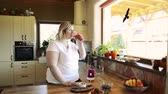вегетарианец : Unrecognizable overweight woman preparing healthy smoothie.