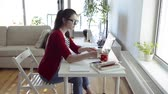 cardigã : Beautiful young woman with laptop working from home.