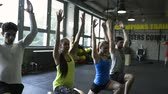 músculo : Young people in crossfit gym in lunge position.