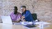 discutir : Businessmen in the office working together.