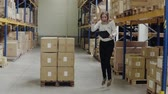 sincero : Overjoyed female worker or supervisor in a warehouse.