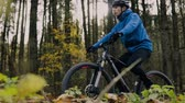 ciclista : Young man riding bicycle outside in autumn nature.