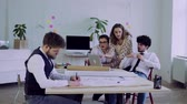iş arkadaşı : Group of young people working together in an office.