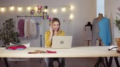 costurar : Young creative woman with smartphone in studio, startup business. Stock Footage
