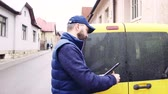 штрих код : Delivery man delivering parcel box to recipient.