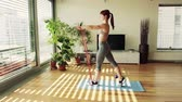 panjur : Young fitness woman doing exercise at home. Stok Video
