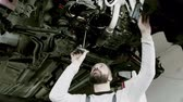 panne : Man mechanic repairing a car in a garage. Vidéos Libres De Droits
