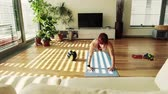 empurrão : Young fitness woman doing exercise at home. Stock Footage