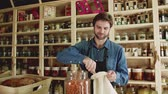 filozofie : A young man shop assistant working in a zero-waste store or shop.