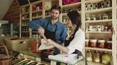 utilização : A young man and woman shop assistant working in a zero-waste store or shop.