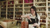 filozofie : A young woman shop assistant working in a zero-waste store or shop.